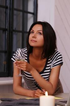 Portrait, femme, verre, vin
