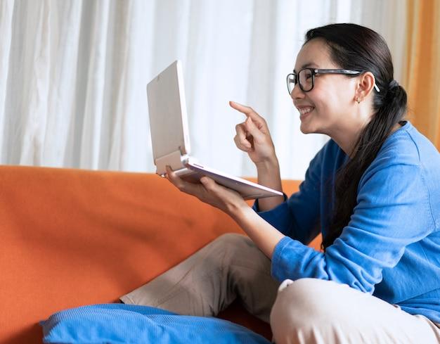 Portrait de femme vidéoconférence pour le travail à domicile