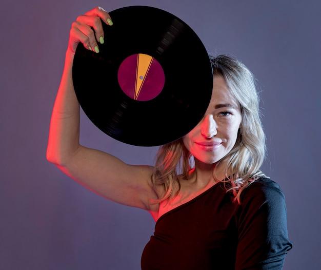 Portrait femme avec vinyle