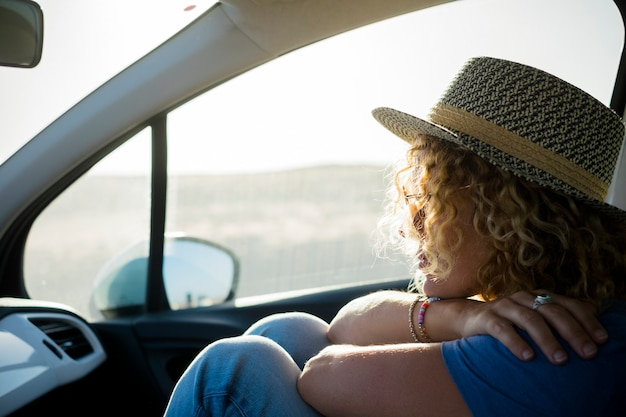 Portrait de femme voyageant à l'intérieur d'une voiture et pensant