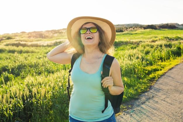 Portrait de femme de voyageur heureux sur la nature