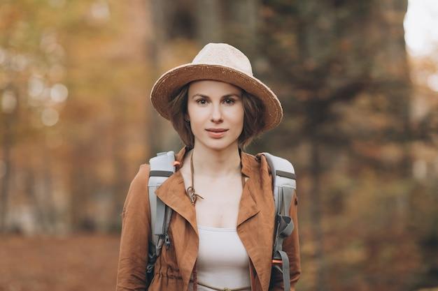 Portrait femme voyageur avec sac à dos regardant la forêt incroyable, concept de voyage
