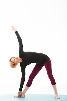Portrait d'une femme de yoga en bonne santé vêtue de vêtements de sport