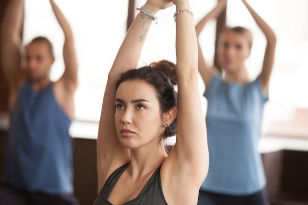 Portrait de femme yogi à virabhadrasana 1 pose