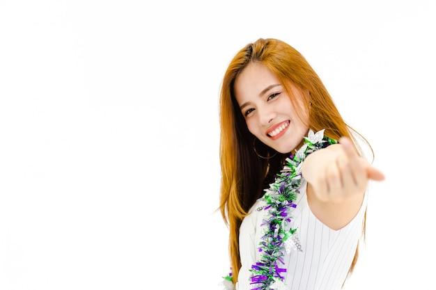 Portrait, femmes asiatiques, sourire, debout, regarder, appareil photo, dans, fête