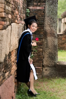Portrait les femmes diplômées portent une graduation bleue.