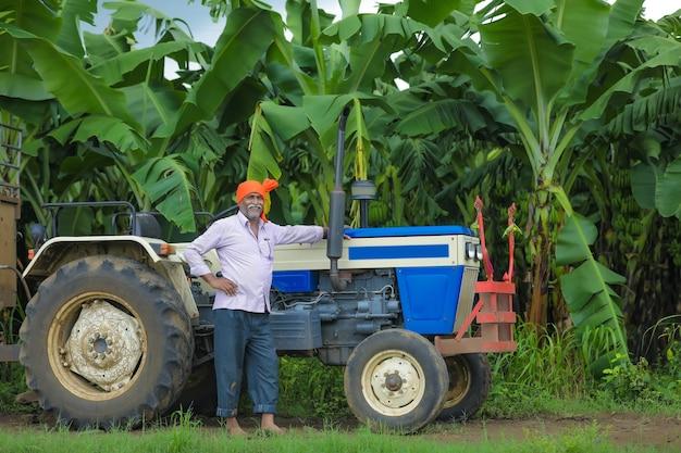 Portrait de fermier indien avec tracteur