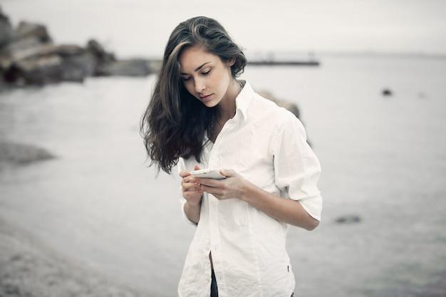 Portrait d'une fille adolescente marchant sur la plage