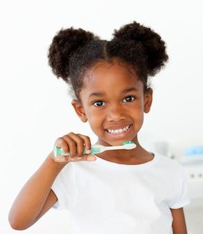 Portrait d'une fille afro-américaine se brosser les dents