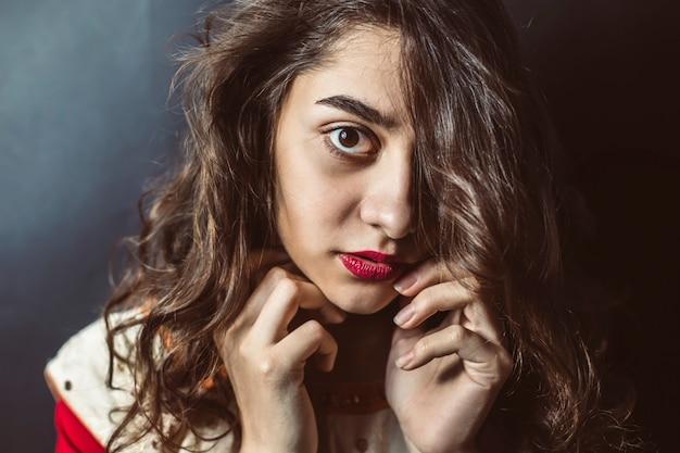 Portrait d'une fille arabe avec de beaux yeux sur fond noir