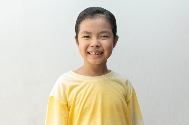 Portrait d'une fille asiatique heureuse