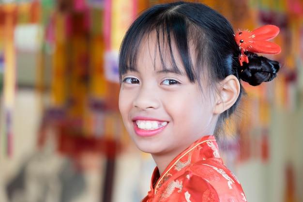 Portrait fille asiatique en robe chinoise