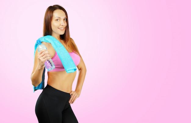 Portrait d'une fille assez sportive sur fond rose