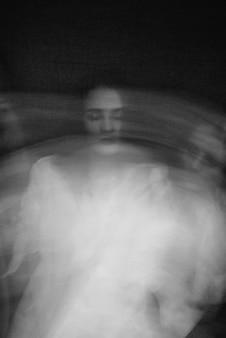 Portrait d'une fille atteinte de troubles mentaux