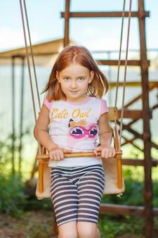Portrait d'une fille sur une balançoire