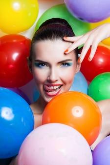 Portrait de fille de beauté avec le maquillage coloré