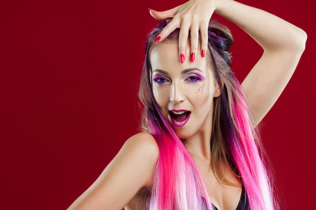 Portrait d'une fille belle et folle aux cheveux roses.