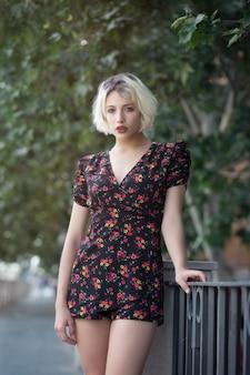 Portrait d'une fille blonde dans un parc de la ville