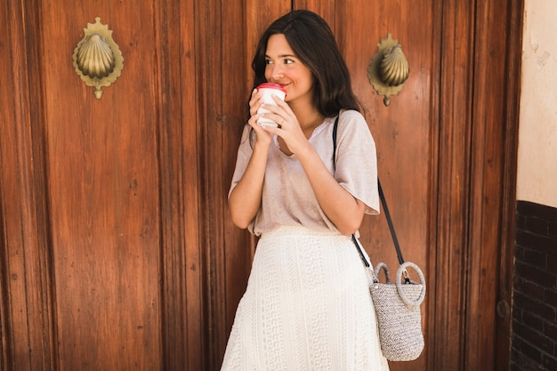 Portrait, fille, boire, café, depuis, tasse jetable