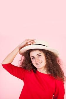 Portrait de fille brune drôle