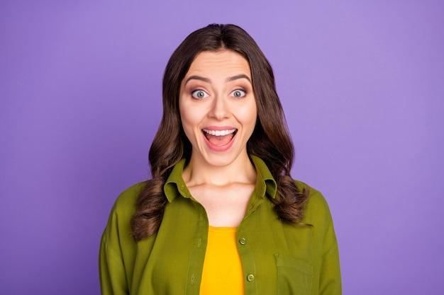 Portrait d'une fille candide étonnée écouter la merveilleuse nouveauté de la saison du vendredi noir impressionné crier porter des vêtements de bonne apparence isolés sur fond de couleur violet vif