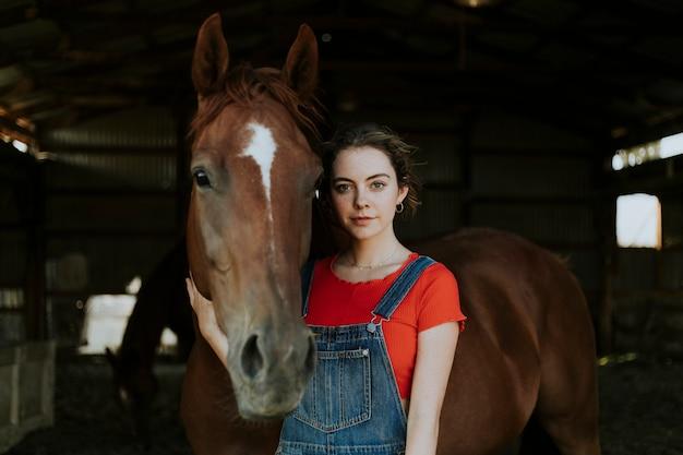 Portrait d'une fille et d'un cheval