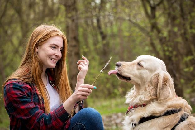 Portrait d'une fille avec un chien