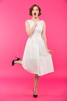 Portrait d'une fille choquée vêtue d'une robe