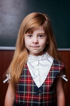 Portrait d'une fille sur une commission scolaire.