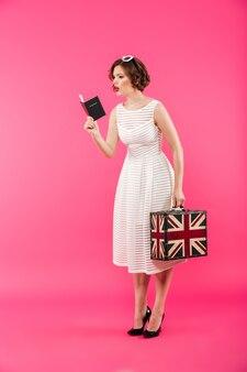 Portrait d'une fille confuse vêtue d'une robe