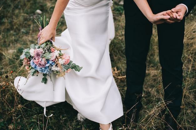 Portrait, fille, couples, recherche, robe, mariage, robe rose, voler