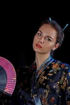 Portrait d'une fille dans un kimono japonais