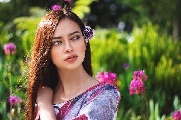 Portrait d'une fille dans la nature, fille aux yeux clairs
