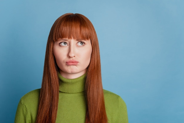 Portrait de fille douteuse rêveuse look copyspace sur fond bleu