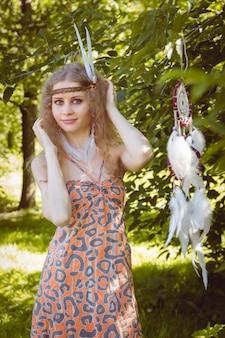 Portrait de fille avec dreamctahcer accroché à côté
