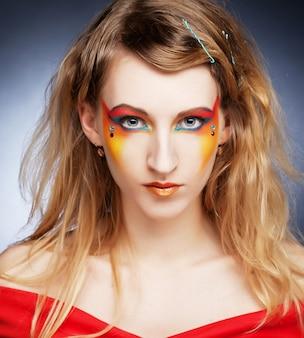 Portrait d'une fille avec du maquillage créatif