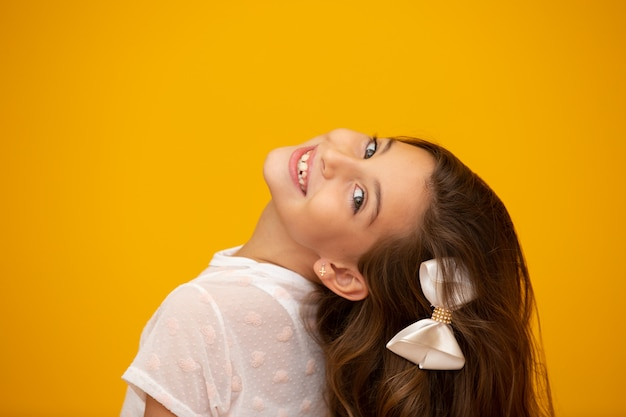 Portrait d'une fille enfant souriante heureuse