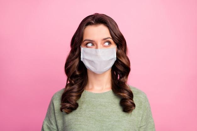 Portrait d'une fille d'esprit regarde copyspace pense que les pensées décident de la décision sur le coronavirus usure de la quarantaine pull-over pull masque médical pull isolé fond de couleur pastel