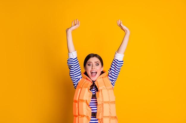 Portrait d'une fille étonnée avoir le week-end de villégiature nager dans l'océan se noyer crier avoir un gilet de sauvetage porter une tenue élégante isolée sur fond de couleur brillante