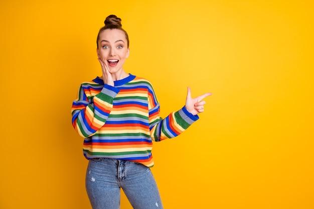 Portrait d'une fille excitée étonnée pointer l'index copyspace publicités impressionnées promo touch hand face décider choisir conseiller porter cavalier isolé sur fond de couleur vive