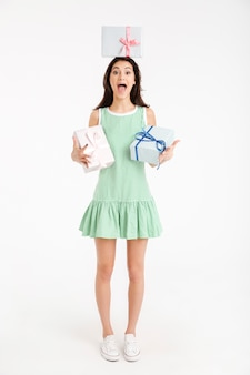 Portrait d'une fille excitée vêtue d'une robe