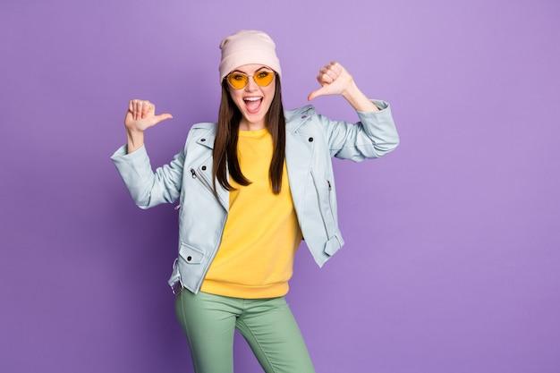 Portrait d'une fille folle énergique elle-même apprécie son choix de décision de choix pour la victoire à la loterie porter un pantalon vert jaune isolé sur fond de couleur violet