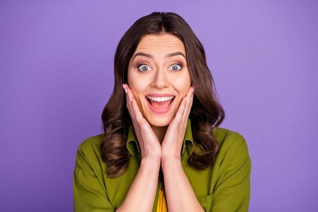 Portrait d'une fille folle et folle étonnée entendre des nouvelles incroyables sur les bonnes affaires du vendredi noir impressionné crier toucher les mains le visage porter des vêtements de bonne apparence isolés sur fond de couleur violette