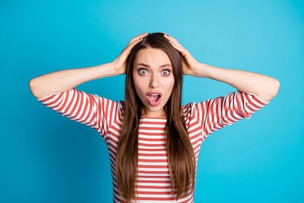 Portrait d'une fille folle stupéfaite et étonnée, toucher les mains, tête impressionnée, crier, crier, porter un bon pull isolé sur fond de couleur bleu