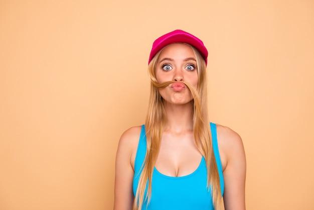 Portrait de fille funky avec une fausse moustache faite de ses cheveux