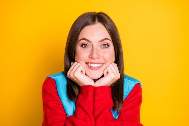 Portrait d'une fille gaie positive toucher son visage joues pommettes poings profiter de vacances d'automne week-end porter des vêtements de saison isolés sur fond de couleur vibrante