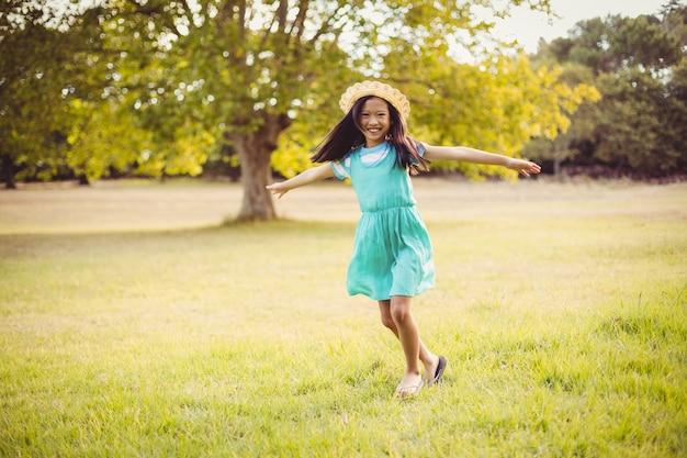Portrait de fille heureuse jouant dans le parc