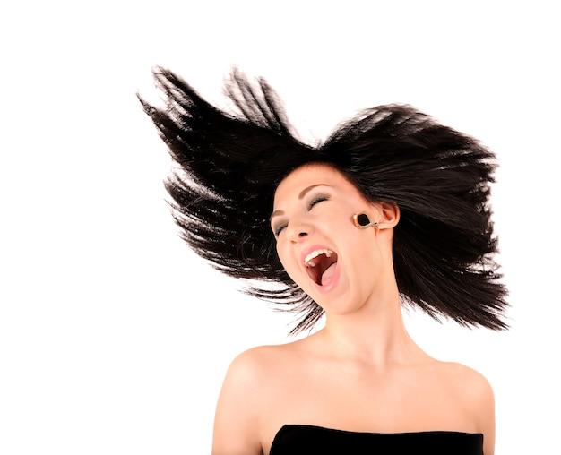 Portrait de fille heureuse tout en dansant isoler sur blanc