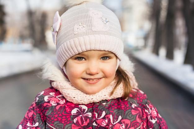 Portrait d'une fille en hiver