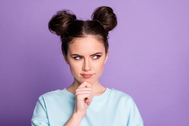 Portrait d'une fille intéressée regarde copyspace touch main menton pense que les pensées se demandent décider des décisions solution porter des vêtements sportifs isolés sur fond de couleur violet